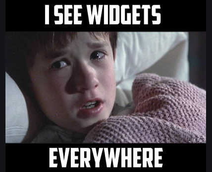 """Meme de l'acteur Haley Joel Osment dans le film le 6ème sens. Il a peur et pleure en regardant vers sa droite. Il est sous une couverture rose et il dit """"I see widgets everywhere"""""""