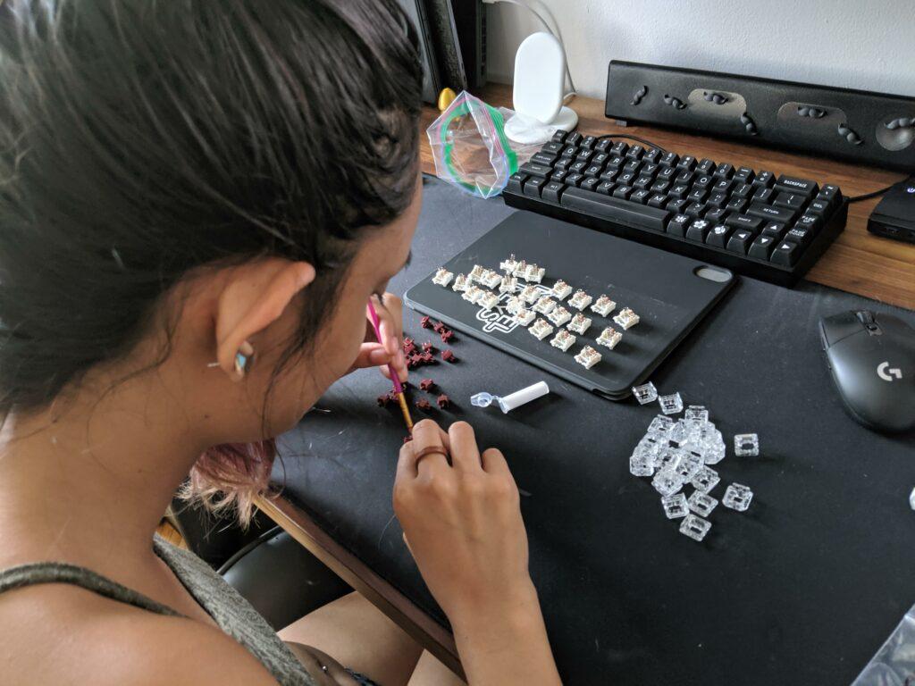 Jeune fille qui lubrifie les touches des claviers mécaniques