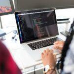 Deux femmes faisant du code sur le web